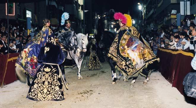 Caballos y personas ataviadas de emperadores y dioses romanos durante el desfile. Semana Santa de Lorca ©Turespaña